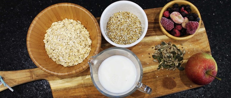 Ingredients for fresh apple and cinnamon overnight oats