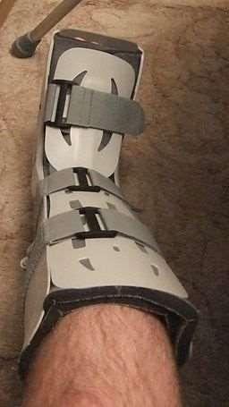 Aircast walking boot (Wiki)