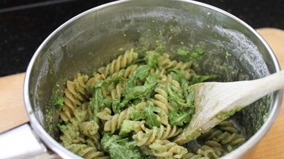 Wholewheat pasta with rocket and almond pesto